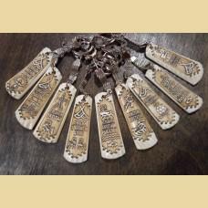 Брелки ПОЖЕЛАНИЯ 2.0 из кости оленя с изображениями стилизованных петроглифов в виде пожеланий.
