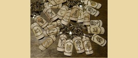 Брелки из рога, кости северного оленя с изображениями животных