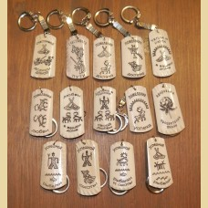 Брелки из рога или кости северного оленя с изображениями стилизованных петроглифов в виде пожеланий.