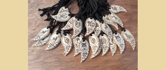 Кулоны «Клык» из кости северного оленя с изображениями животных