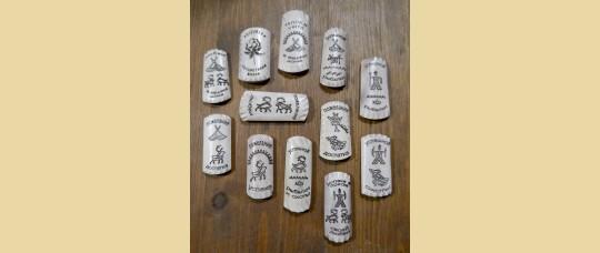 Магниты из рога северного оленя с изображениями стилизованных петроглифов в виде пожеланий.